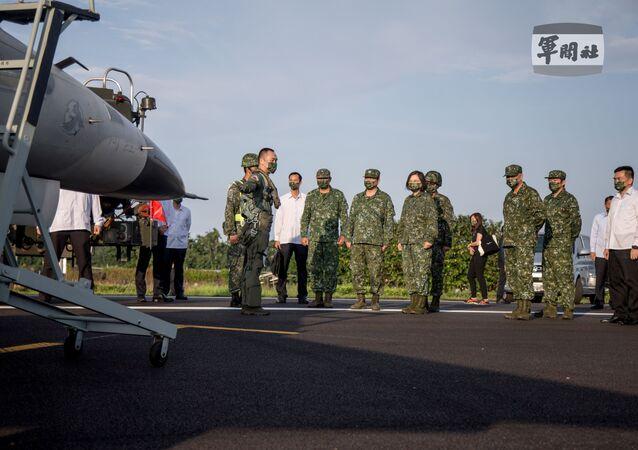 Tsai Ing-wen, presidente de Taiwan, participa de exercício de decolagem e aterrissagem de caças da Força Aérea taiwanesa em Pingtung, Taiwan, 15 de setembro de 2021