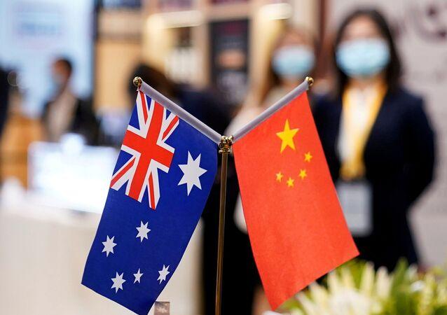 Bandeiras da Austrália e a China na 3ª Exposição de Importação Internaional da China em Xangai, China, 6 de novembro de 2020