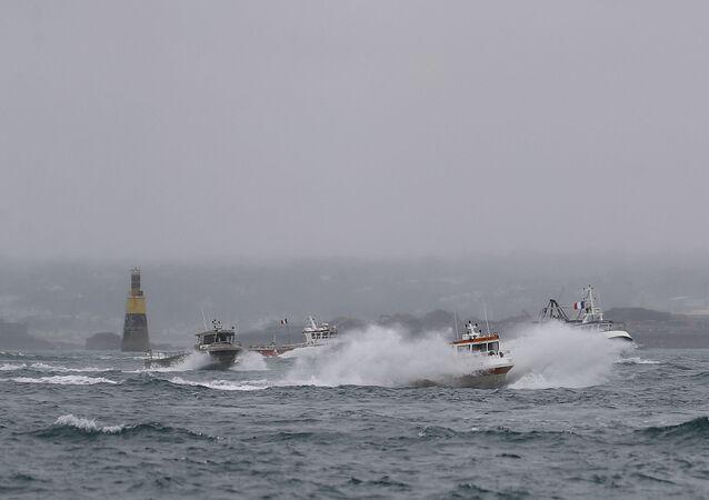 Barcos de pesca franceses deixam as águas de Jersey após protesto contra as restrições de pesca em frente ao porto de Saint Helier, ao largo da ilha britânica, 6 de maio de 2021