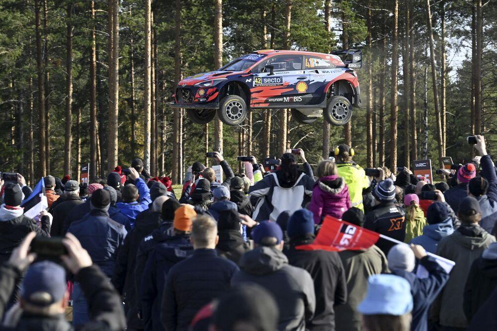 Espectadores vendo as manobras impressionantes do condutor irlandês Craig Breenbe e de seu copiloto, Paul Nagle, em seu Hyundai durante o WRC Rally em Laukaa, na Finlândia, em 3 de outubro de 2021