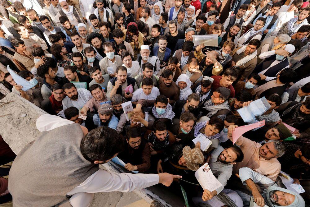 Cidadãos afegãos se juntam perto do gabinete de passaportes, após o Talibã (organização terrorista proibida na Rússia e em outros países) anunciar que voltaria a emitir passaportes, em Cabul, no Afeganistão, em 6 de outubro de 2021