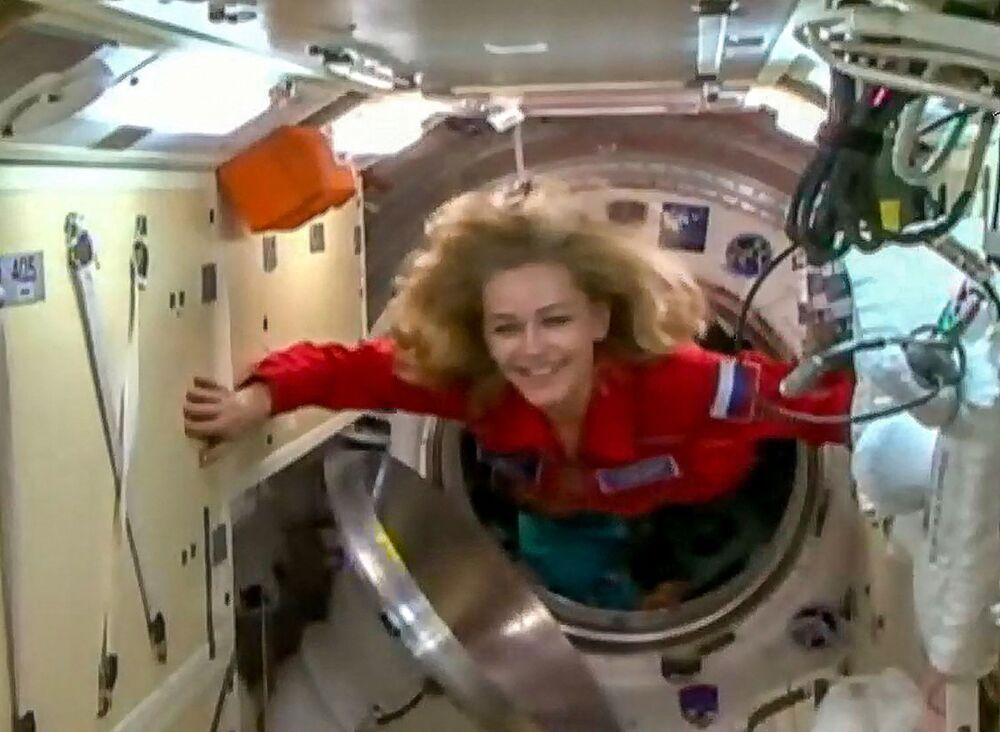 Imagem de vídeo mostrando a atriz Yulia Peresild entrando na Estação Espacial Internacional, em 5 de outubro de 2021