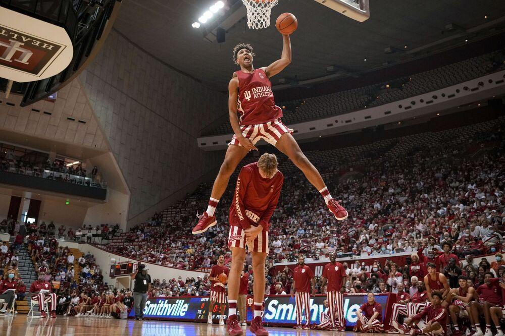 Trayce Jackson-Davis realiza salto impressionante com ajuda de colega de equipe durante jogo de basquetebol universitário em Bloomington, no estado norte-americano do Indiana, em 2 de outubro de 2021