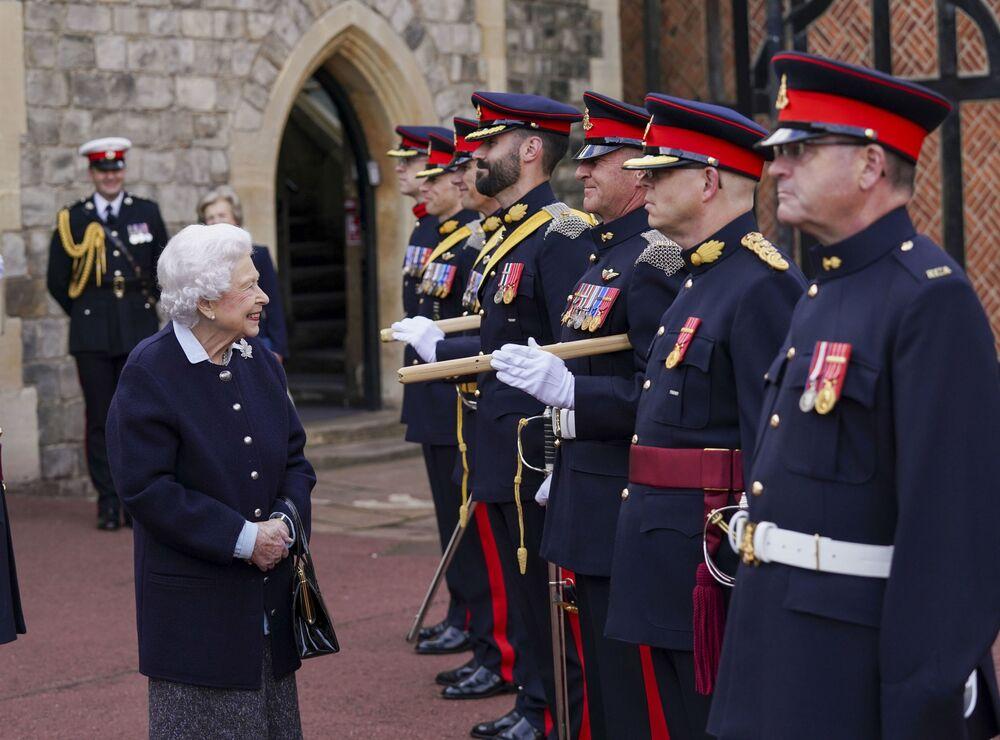 Rainha de Inglaterra Elizabeth II cumprimenta membros do Regimento Real de Artilharia Canadense no castelo de Windsor, no Reino Unido, em 6 de outubro de 2021