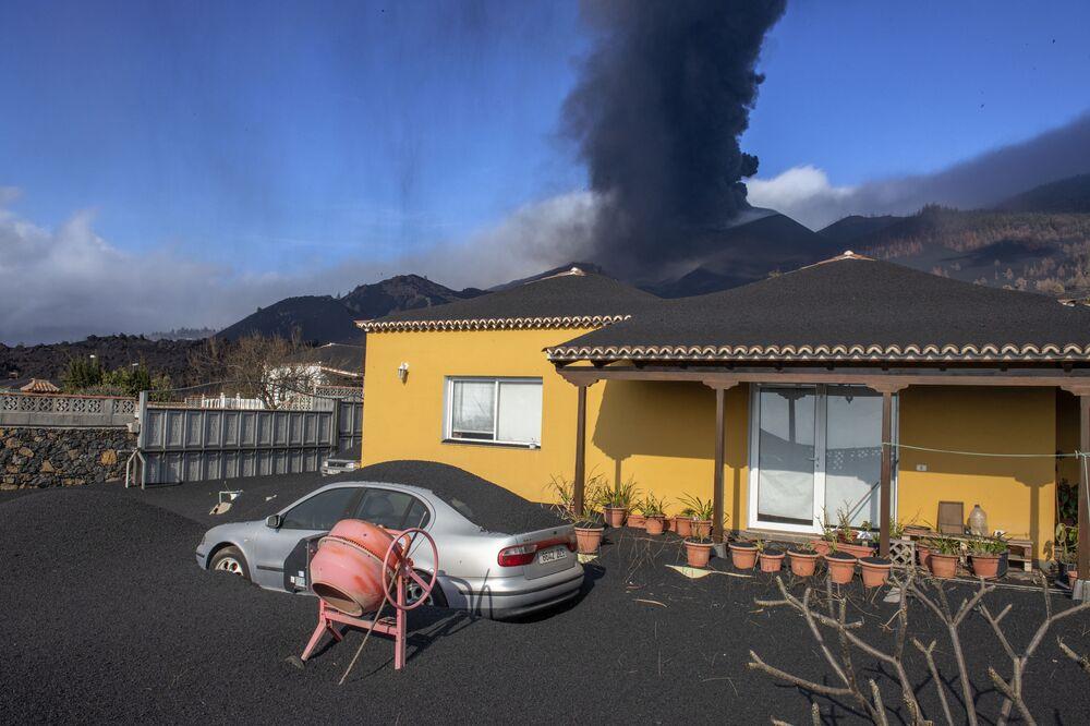 Cinzas vulcânicas caindo sobre casa e carro na ilha espanhola de La Palma, em 4 de outubro de 2021
