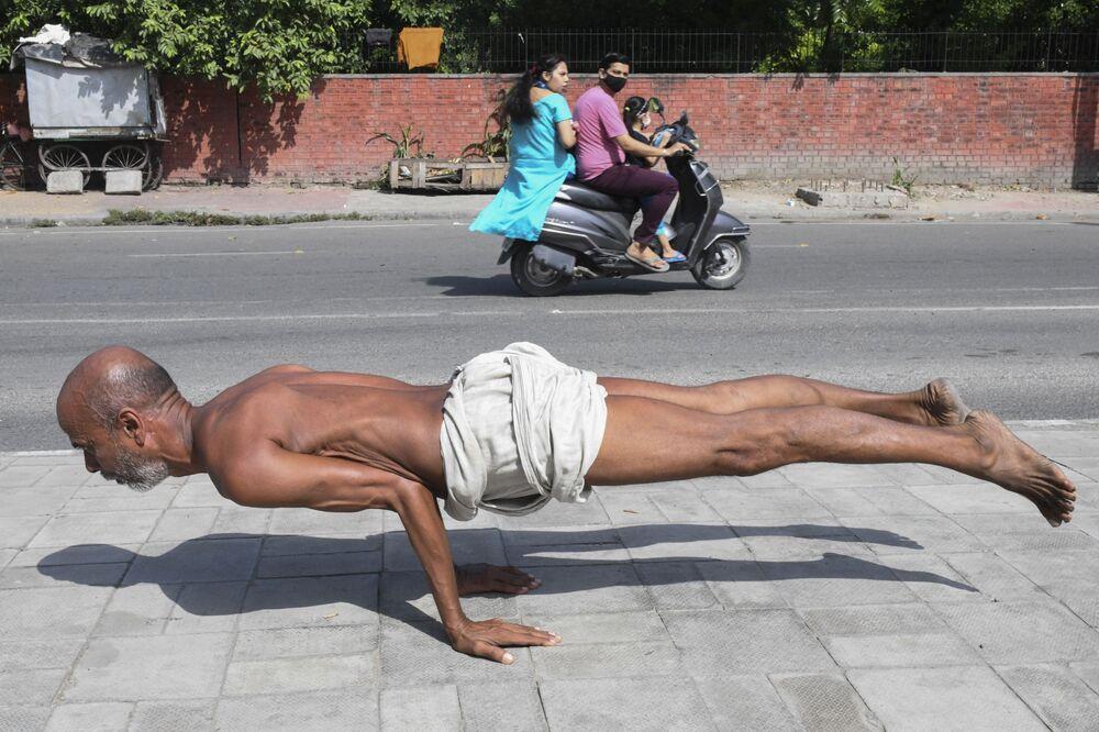 Homem praticando yoga em Amritsar, na Índia, em 6 de Outubro de 2021