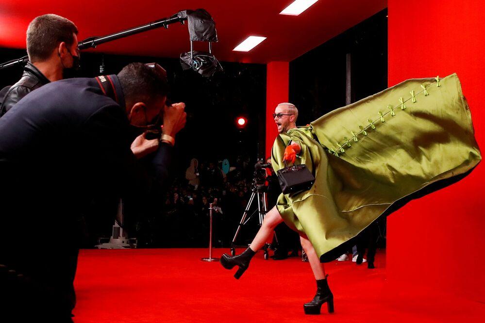 Convidado chega em festival de moda Paris Fashion Week, na capital francesa, Paris, em 2 de outubro de 2021