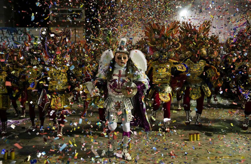 Pessoas dançando Diablada de Oruro, principal dança do Carnaval de Oruro, na Bolívia, no 1º de outubro de 2021