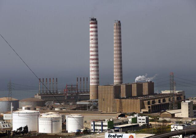 A central elétrica flutuante turca Karadeniz Powership Fatmagul (à esquerda) gera eletricidade para ajudar a aliviar a pressão sobre o setor energético do Líbano