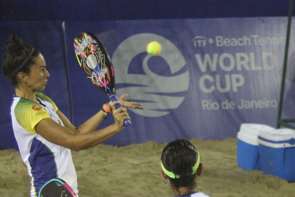 Atleta brasileira Marcela Vita durante partida entre o Brasil e o México pela Copa do Mundo de tênis de praia, realizada na Praia de Copacabana, no Rio de Janeiro, no Brasil, em 5 de outubro de 2021