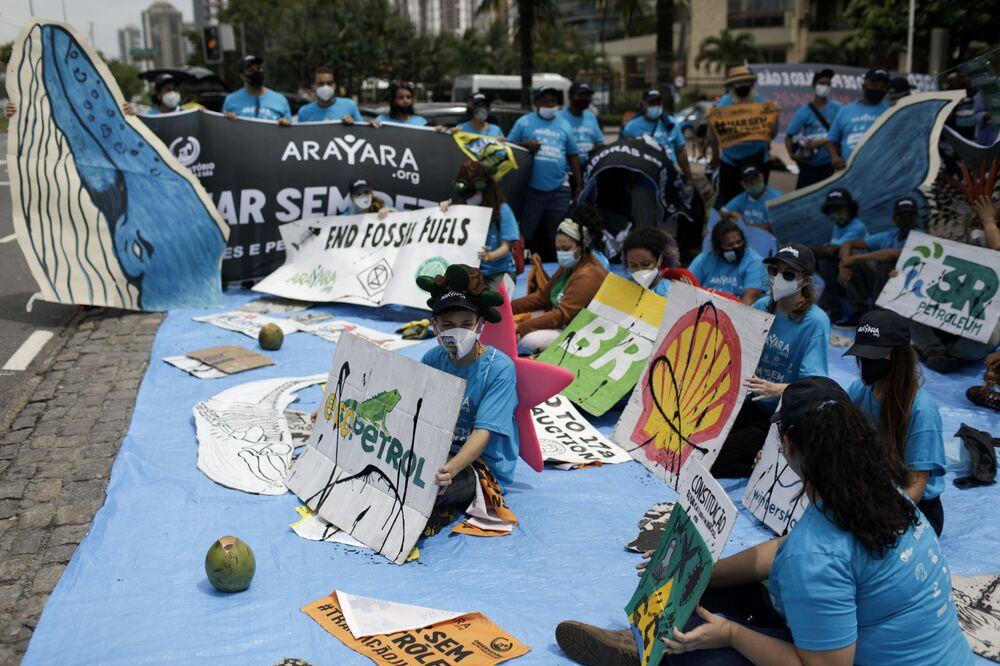 Manifestantes protestam contra o leilão de blocos petrolíferos offshore nas bacias de Campos, Santos, Pelotas e Potiguar, no Brasil, em 7 de outubro de 2021