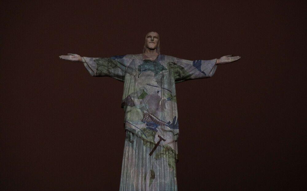 Imagens de lixo encontrado nos oceanos são projetadas no Cristo Redentor, de modo a chamar a atenção sobre os problemas da poluição marinha, no Rio de Janeiro, no Brasil, em 8 de outubro de 2021