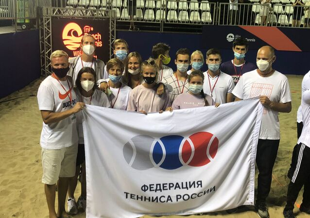 Time russo de Beach Tennis junto com o time júnior, Rio de Janeiro, Brasil, outubro de 2021