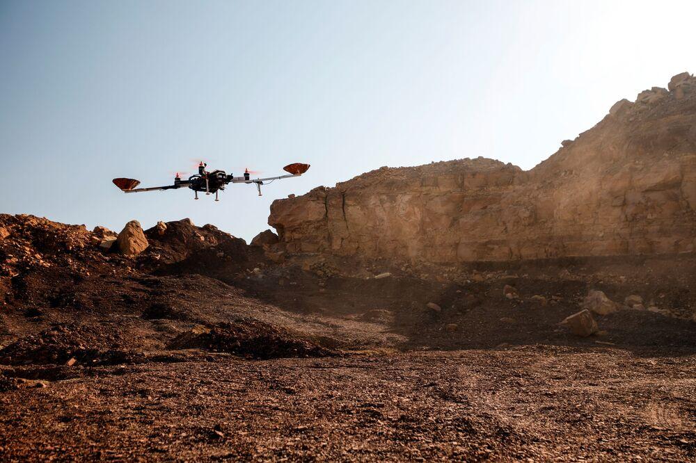 Drone é usado em demonstração de uma experiência liderada por agências austríacas e israelenses, simulando uma missão no Planeta Vermelho em Israel, em 10 de outubro de 2021