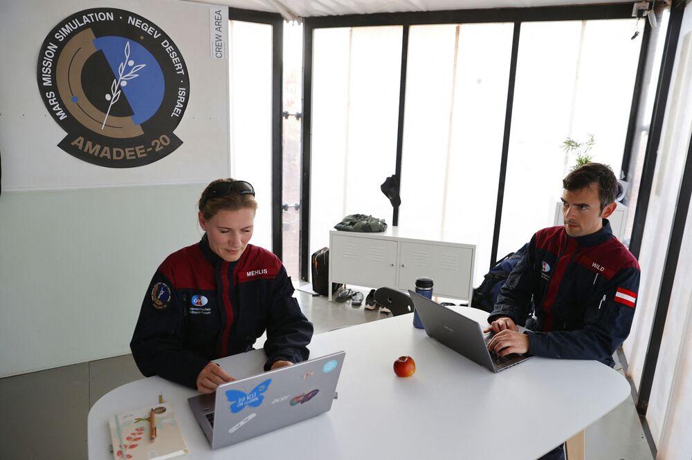 Astronauta alemã Anika Mehlis e seu colega austríaco Robert Wild analisam dados em seus computadores portáteis antes de uma missão de treinamento em Israel, em 10 de outubro de 2021