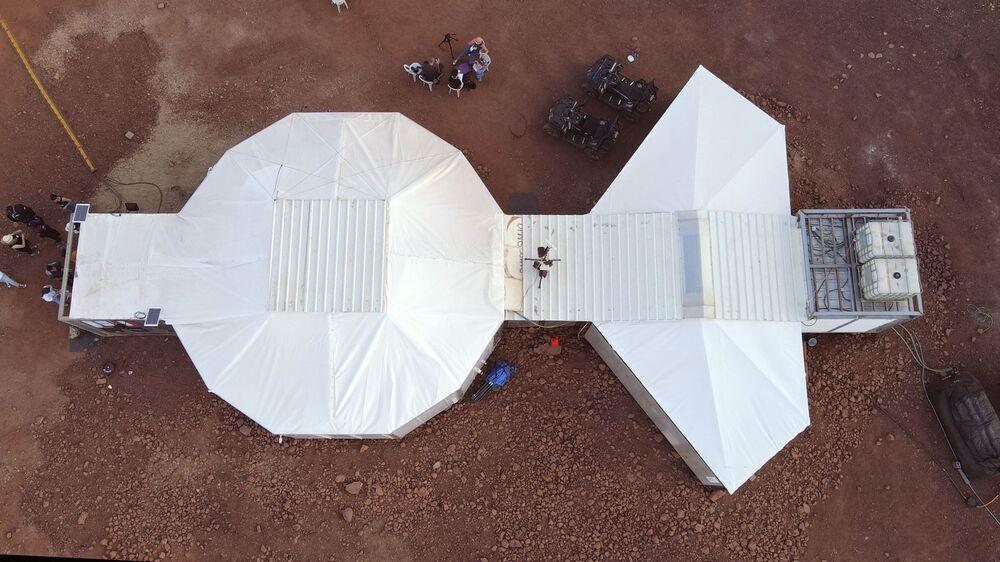 Vista aérea do local onde os astronautas de equipes da Europa e de Israel habitarão durante sua participação de uma missão de treinamento para Marte em Mitzpe Ramon, no deserto de Negev, sul de Israel, em 10 de outubro de 2021