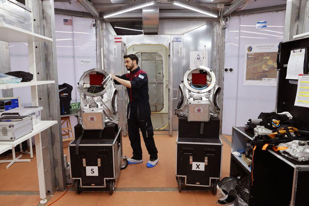 Astronauta israelense Alon Tenzer prepara seu traje espacial antes de iniciar o treinamento, em Israel, em 10 de outubro de 2021
