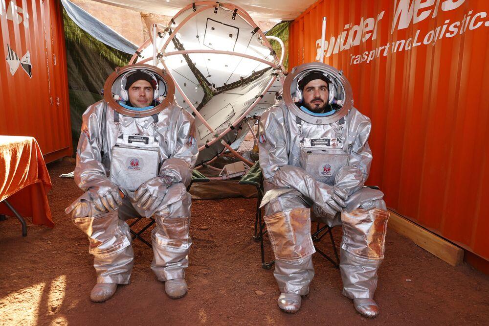 Astronautas com seus trajes espaciais descansam antes de iniciarem uma nova fase de seu treinamento no deserto de Negev, em Israel, em 10 de outubro de 2021