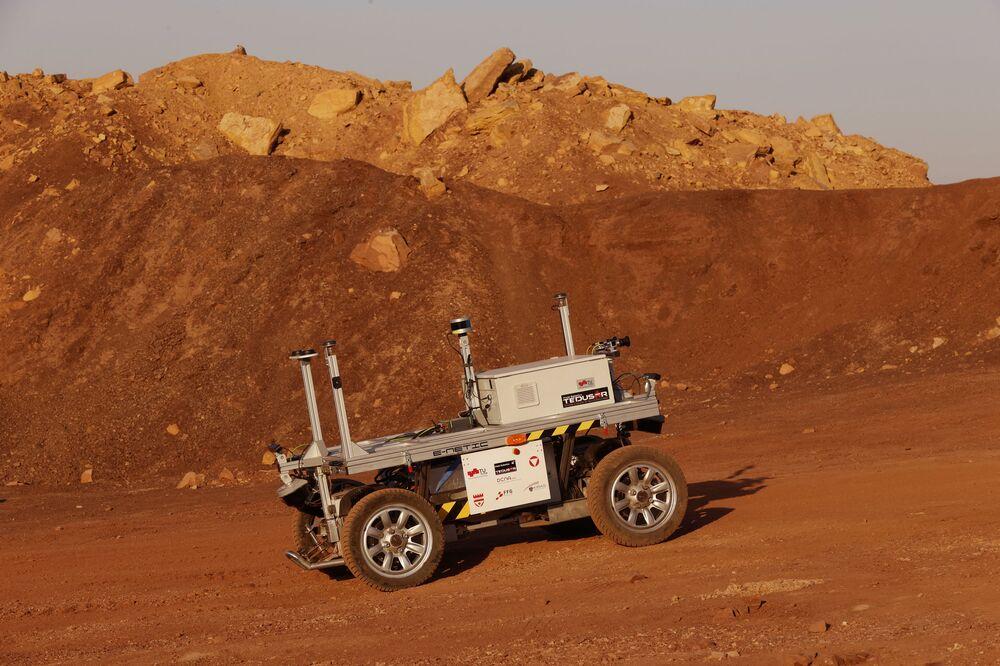 Rover robótico sendo testado na cratera Ramon, em Mitzpe Ramon, em Israel, em 10 de outubro de 2021