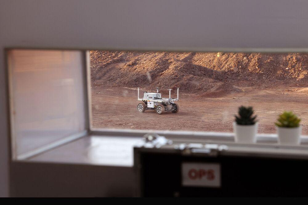 Rover robótico regressando à base de operações da equipe internacional de astronautas após sessão de treinamento, em Israel, em 10 de outubro de 2021