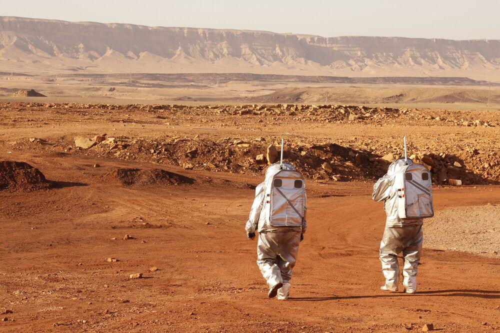 Astronautas contemplam paisagem do deserto de Negev, em Israel, que deverá ter condições semelhantes às do Planeta Vermelho, em 10 de outubro de 2021