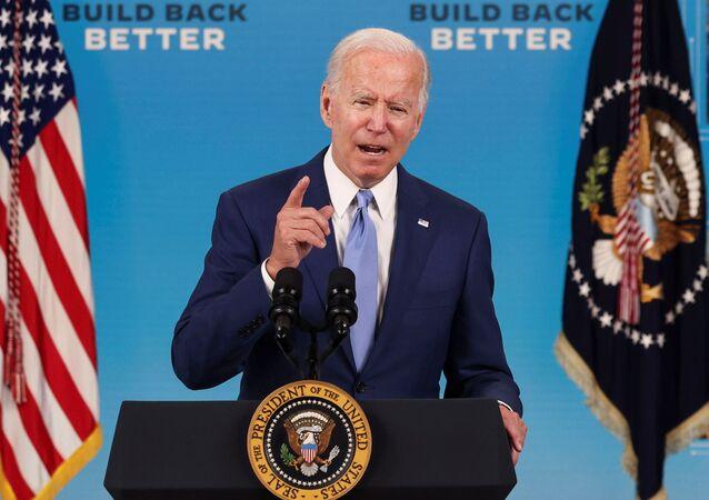Joe Biden faz comentários sobre a economia e o relatório de empregos do Departamento do Trabalho com a logo do plano Build Back Better ao fundo, 8 de outubro de 2021