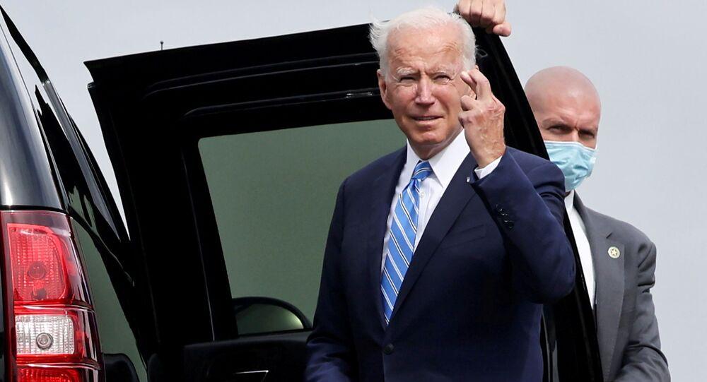 O presidente dos EUA, Joe Biden, gesticula ao chegar ao Aeroporto Internacional O'Hare de Chicago em Chicago, Illinos, EUA, 7 de outubro de 2021