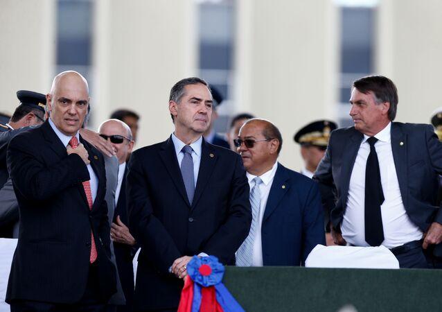 Alexandre de Moraes (e), Luis Roberto Barroso e Jair Bolsonaro (d) em Brasília. Foto de arquivo