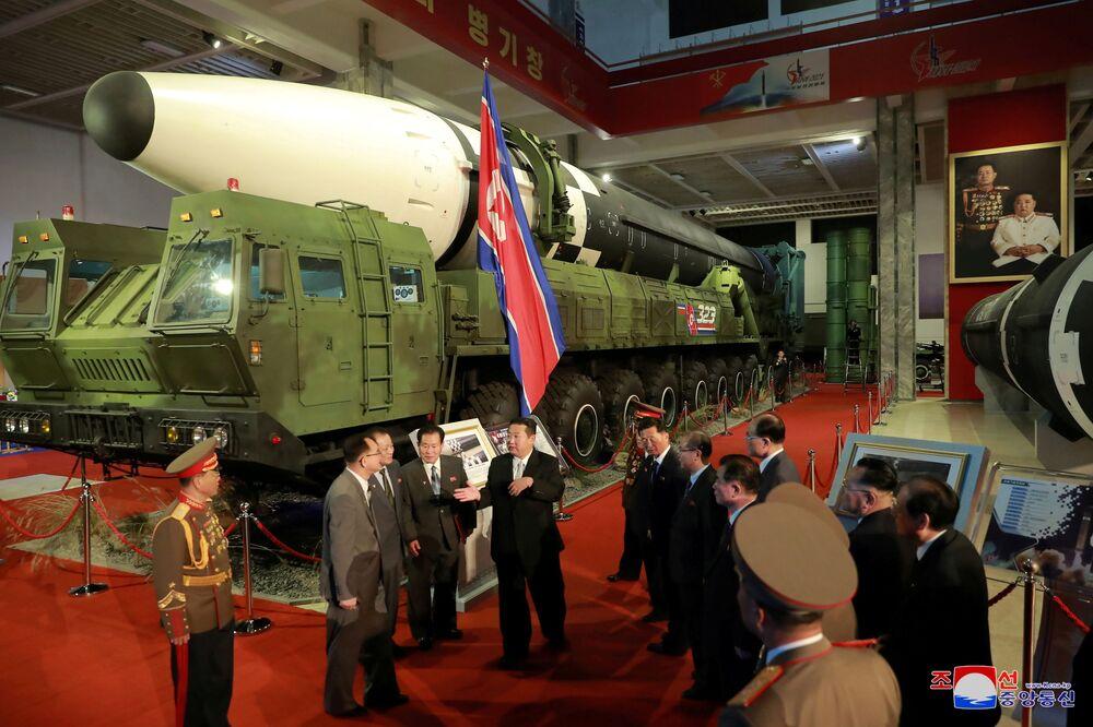 Líder norte-coreano, Kim Jong-un, conversa com oficiais ao lado de armas e veículos militares na exposição Autodefesa-2021, Pyongyang, Coreia do Norte, foto divulgada em 12 de outubro de 2021