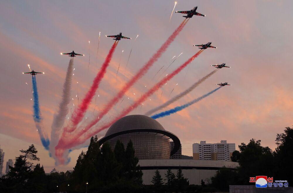 Aeronaves militares realizam voo durante a exposição Autodefesa-2021, Pyongyang, Coreia do Norte, foto divulgada em 12 de outubro de 2021