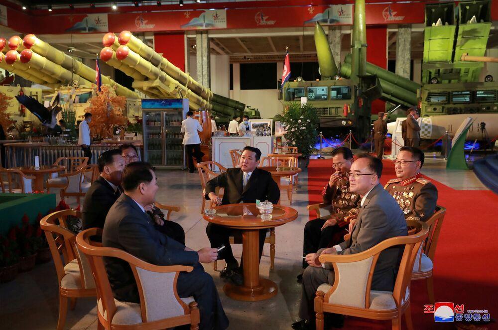 Kim Jong-un participa da exposição de desenvolvimento da defesa Autodefesa-2021 em Pyongyang, Coreia do Norte, foto divulgada em 12 de outubro de 2021