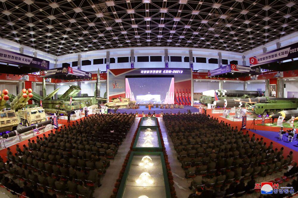 Kim Jong-un faz discurso na abertura da exposição Autodefesa-2021, em Pyongyang, Coreia do Norte, foto divulgada em 12 de outubro de 2021