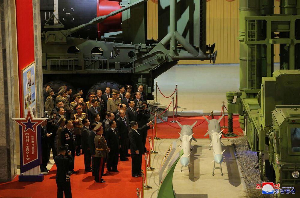 Líder norte-coreano, Kim Jong-un, observa armas e veículos militares na exposição de desenvolvimento da defesa Autodefesa-2021, em Pyongyang, Coreia do Norte, foto divulgada em 12 de outubro de 2021