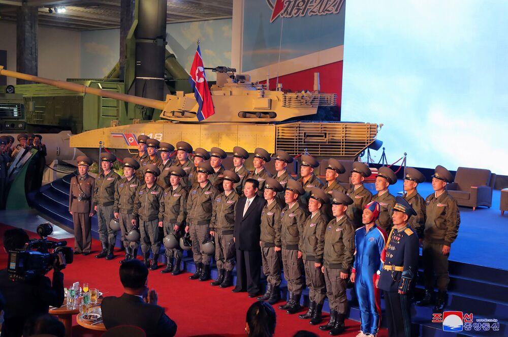 Kim Jong-un tira fotos com militares na exposição Autodefesa-2021, em Pyongyang, Coreia do Norte, foto divulgada em 12 de outubro de 2021