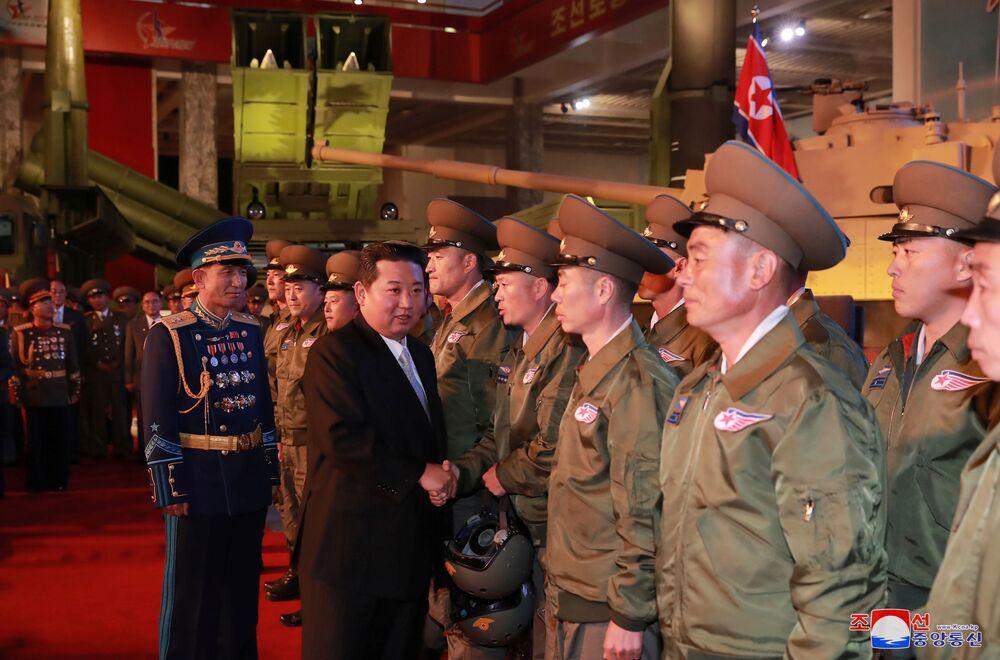 Kim Jong-un cumprimenta militares na exposição de desenvolvimento da defesa Autodefesa-2021, em Pyongyang, Coreia do Norte, foto divulgada em 12 de outubro de 2021