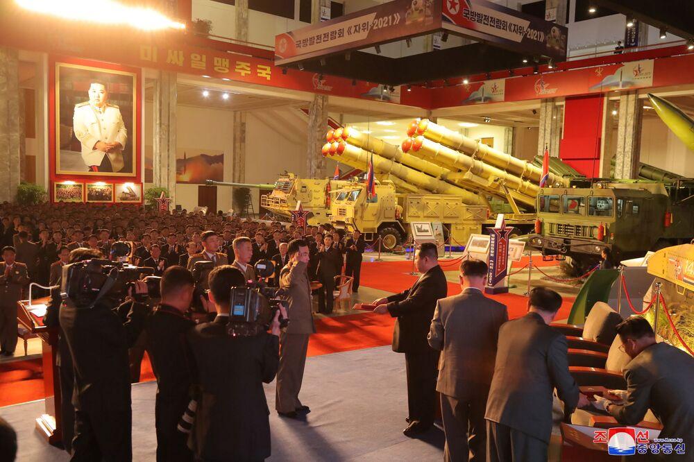Líder norte-coreano, Kim Jong-un, entrega prêmios a militares na exposição de desenvolvimento da defesa Autodefesa-2021, em Pyongyang, Coreia do Norte, foto divulgada em 12 de outubro de 2021