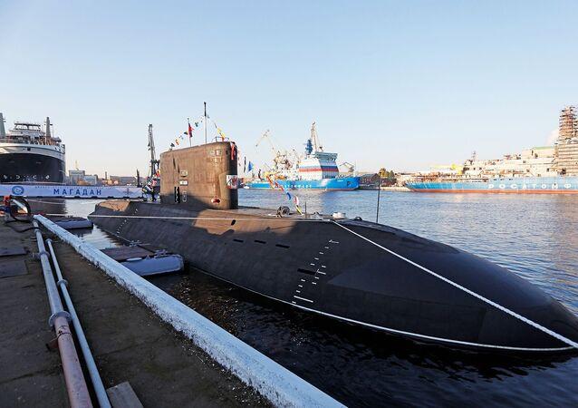 Cerimônia solene de hasteamento de bandeira no submarino Magadan, do projeto 636.3, 12 de outubro de 2021