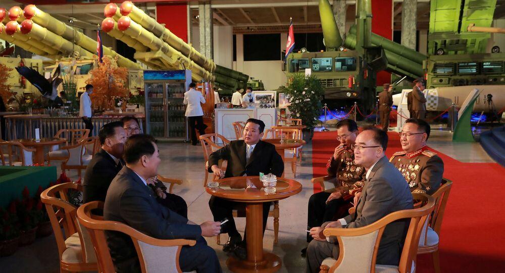 Líder norte-coreano Kim Jong-un durante a abertura da exposição militar Autodefesa-2021 em Pyongyang