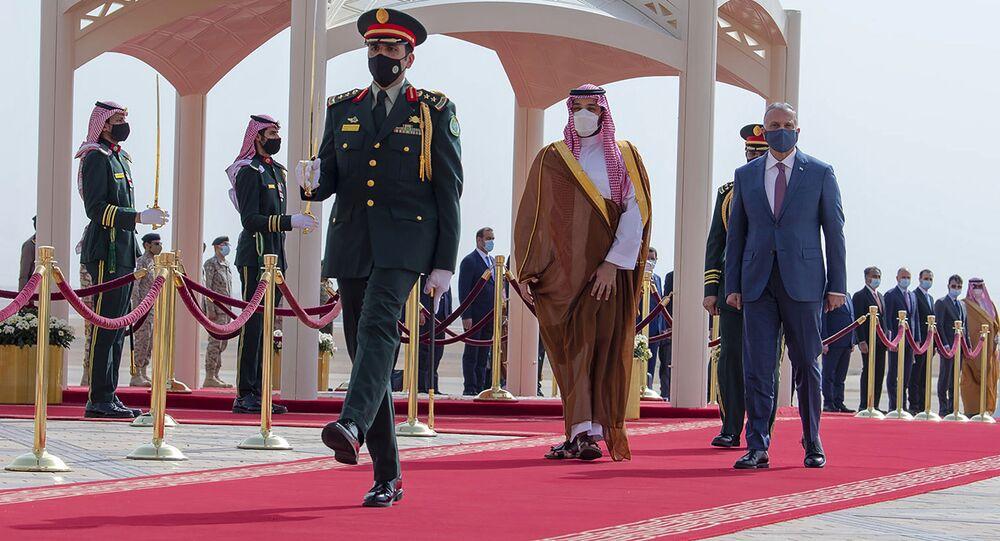 Príncipe herdeiro saudita Mohammed bin Salman (c) acompanha o primeiro-ministro iraquiano Mustafa al-Kadhimi (d) em Riad, na Arábia Saudita, dias antes da reunião entre oficiais sauditas e iranianos em Bagdá, Iraque. Foto de arquivo.