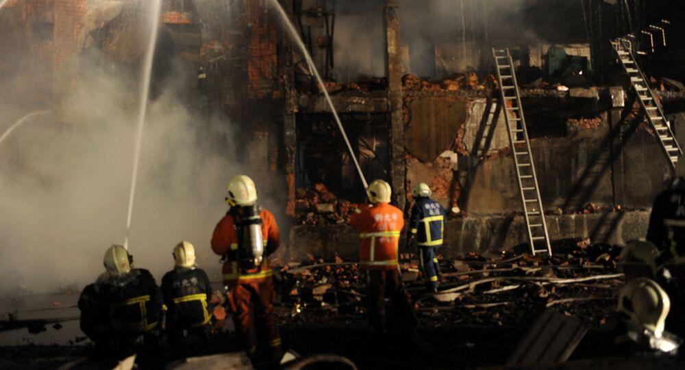 Bombeiros combatendo incêndio em Taiwan (imagem referencial)