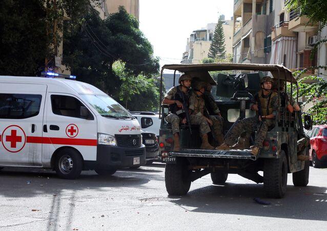 Veículo da Cruz Vermelha do Líbano e militares libaneses após tiroteio ocorrido durante protestos em Beirute, Líbano, 14 de outubro de 2021