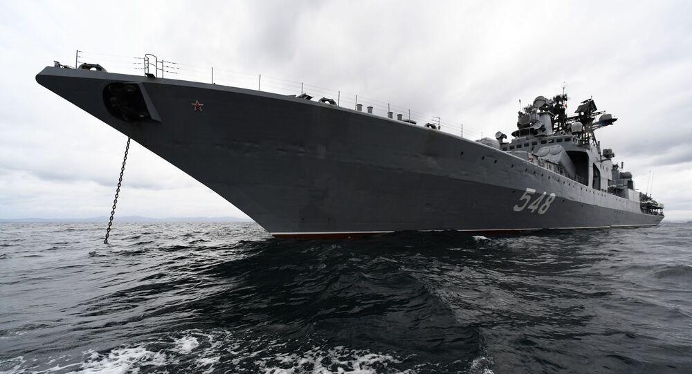 Navio antissubmarino grande Admiral Panteleev da Frota do Pacífico da Marinha russa durante o exercício naval conjunto, Interação Naval 2021, no mar do Japão