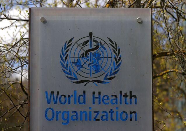 Logotipo da Organização Mundial da Saúde (OMS) fora de prédio da instituição em Genebra, Suíça, 6 de abril de 2021