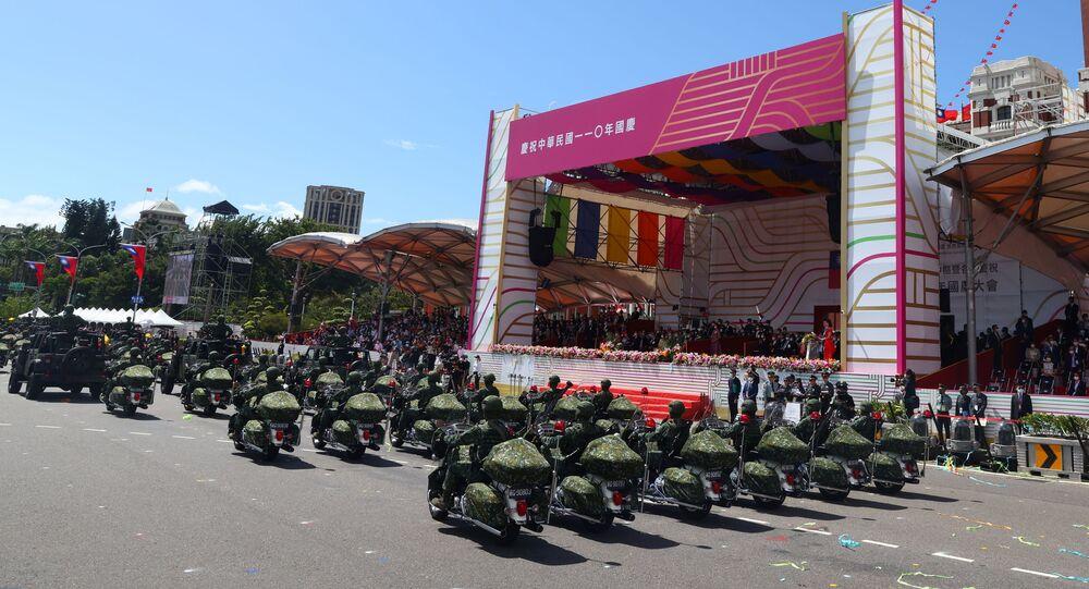 Membros do Exército participam da celebração do dia nacional em Taipé, Taiwan, 10 de outubro de 2021