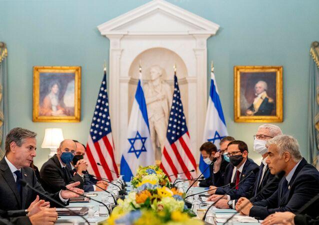 Antony Blinken, secretário de Estado dos EUA, fala com Yair Lapid, ministro das Relações Exteriores de Israel durante reunião bilateral no Departamento de Estado em Washington, EUA, 13 de outubro de 2021