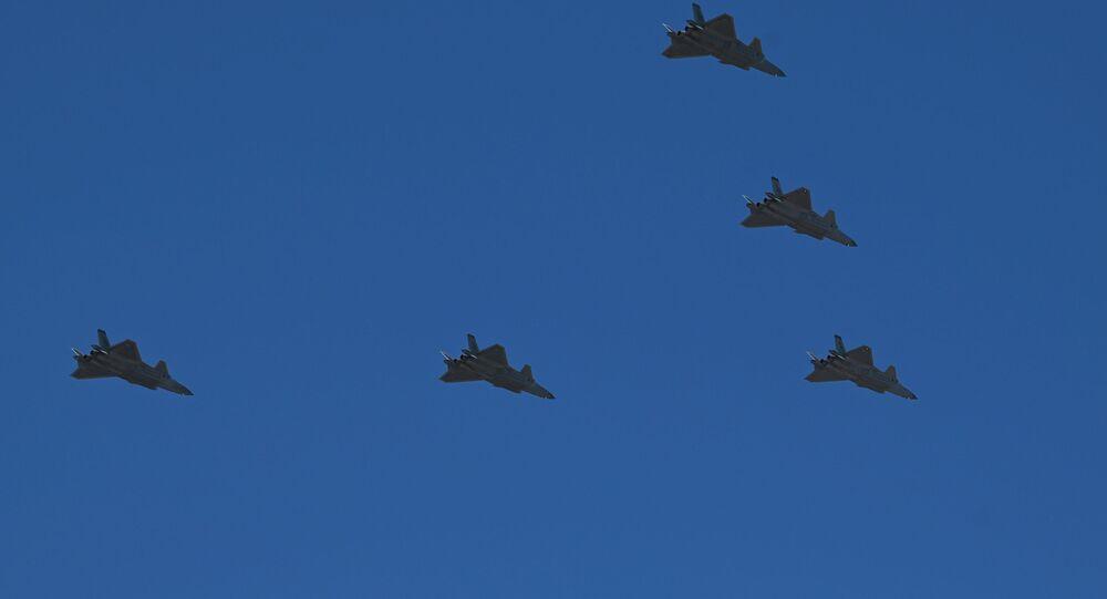 Caças J-20 chineses voam em formação em Pequim, China, 19 de junho de 2021