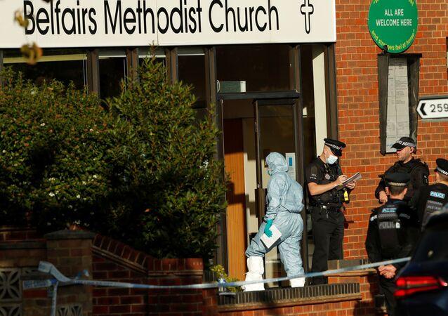 Membro da polícia científica entra no local onde o deputado David Amess foi esfaqueado durante cirurgia de circunscrição eleitoral, em Leigh-on-Sea, Inglaterra, Reino Unido, 15 de outubro de 2021