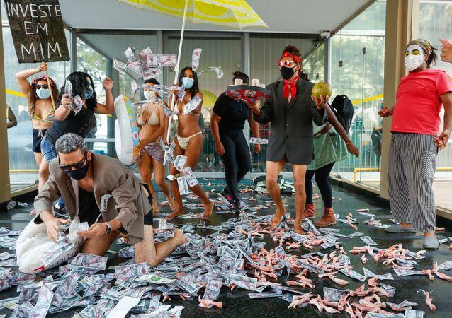 Pessoas protestam contra o ministro da Economia brasileiro, Paulo Guedes, no Ministério da Economia em Brasília, em 7 de outubro, poucos dias depois de ter sido mencionado no relatório Pandora Papers