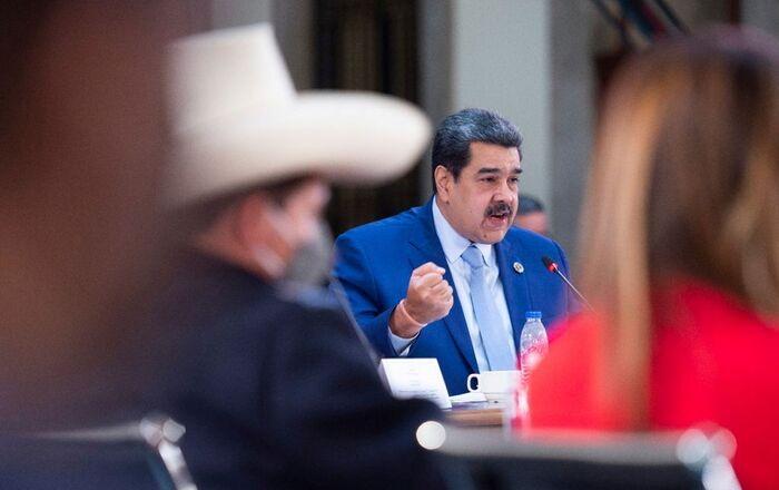 Presidente da Venezuela, Nicolás Maduro, fala ao lado do presidente do Peru, Pedro Castillo, no Palácio Nacional da Cidade do México, México, 18 de setembro de 2021