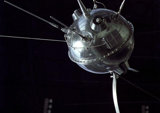 Modelo da estação interplanetária automática soviética Luna 2, a primeira no mundo a alcançar a superfície da Lua no Pavilhão Cosmos em exposição na URSS